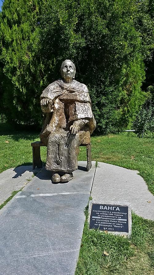 Паметникът на баба Ванга